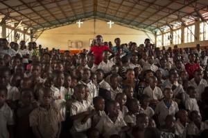 Don Bosco Ngangi est une école et un orphelinat qui accueille 3000 enfants, victimes directes ou indirectes des conflits régionaux. C'est dans le gymnase de l'orphelinat qu'ont eu lieu les célébrations de la journée de la Femme : d'abord une messe, puis le défilé et les spectacles des filles-mères. Goma, centre Don Bosco Ngangi, mars 2015. //Photographies à ne pas utiliser hors-contexte.
